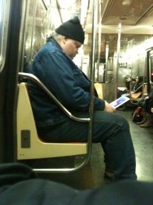 Dieser Zwei-Meter Mann hat sich tatsächlich die ganze Zeit Comic-Sans-Überschriften auf seinem Ipad angeschaut. Und alle so: WTF